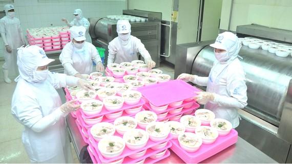 Chế biến thực phẩm tại một doanh nghiệp do Tập đoàn CJ (Hàn Quốc) nắm cổ phần chi phối. Ảnh: CAO THĂNG