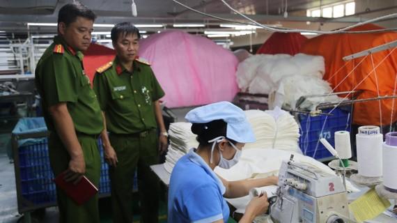 Cảnh sát PCCC TPHCM kiểm tra PCCC tại một cơ sở sản xuất  ở quận Bình Tân