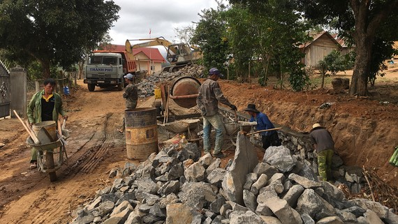 Thi công đường bê tông nông thôn tại các xã vùng đồng bào dân tộc thiểu số tại huyện Kbang