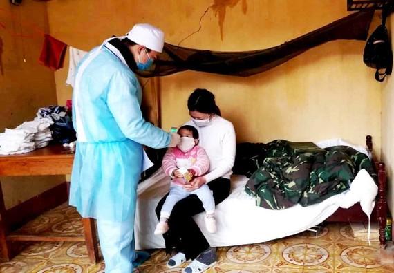 Bác sĩ tiến hành kiểm tra sức khỏe, đo thân nhiệt hàng ngày cho những công dân  từ Trung Quốc về, đang ở Trung đoàn 123