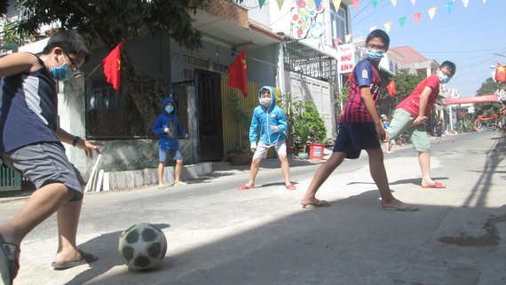 Nên tạo điều kiện cho trẻ em chơi  những trò chơi vận động với những nhóm nhỏ.  Ảnh: HOÀNG THÁI HÙNG