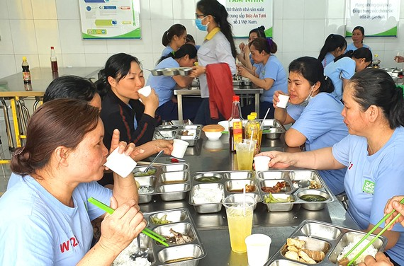 Bữa ăn giữa ca của người lao động Công ty cổ phần Sài Gòn Food  có thêm nước chanh sả để tăng sức đề kháng