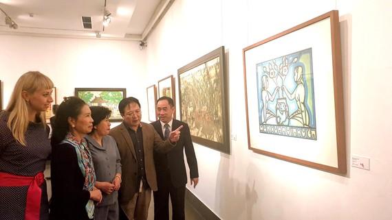 Công chúng yêu thích mỹ thuật tại một cuộc triển lãm