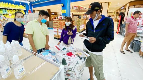 Khách hàng mua khẩu trang tại Trung tâm thương mại Aeon (quận Bình Tân). Ảnh: CAO THĂNG