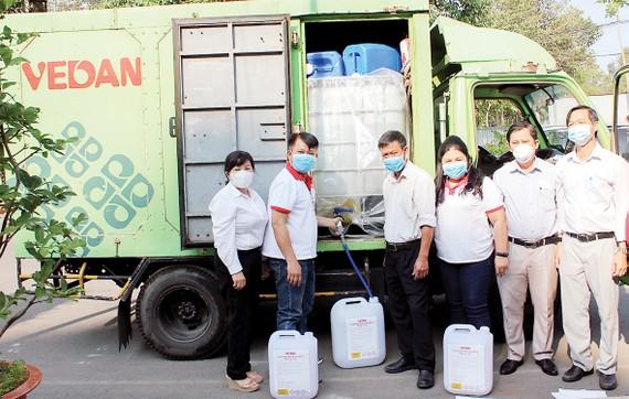 Công ty Vedan Việt Nam tài trợ 3.200 lít Javen khử trùng tại các trường học