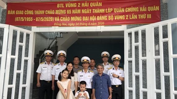 Đại tá Đặng Mạnh Hùng chụp hình lưu niệm cùng gia đình Thượng úy Hoàng Văn Tiến trong buổi khánh thành ngôi nhà