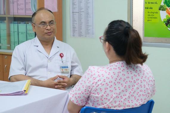PGS-TS Huỳnh Nguyễn Khánh Trang, Trưởng Khoa Sản bệnh, BV Hùng Vương đang tư vấn cho thai phụ