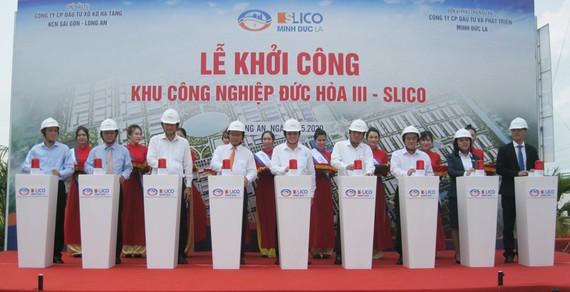 Nguyên Chủ tịch nước Trương Tấn Sang (thứ 5 từ trái sang) cùng lãnh đạo tỉnh Long An và đại diện các cơ quan bấm nút khởi công  KCN Đức Hòa III-SLICO