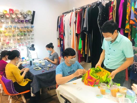 Nhà thiết kế Sĩ Hoàng và các nghệ nhân thực hiện những sản phẩm áo dài