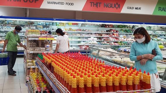 Chọn mua hàng thực phẩm trong siêu thị Co.opmart