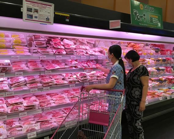 Khách hàng chọn mua thịt heo tại siêu thị. Ảnh chụp ngày 19-5. Ảnh: CAO THĂNG