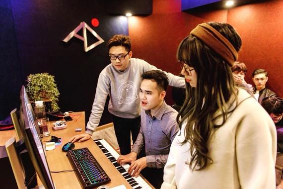 Nhạc sĩ - NSX âm nhạc Khắc Hưng làm việc cùng các ca sĩ