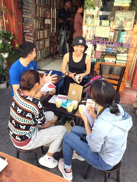 """Nhiều bạn trẻ thích thú tìm đến tiệm cà phê sách """"Sài Gòn năm xưa"""""""