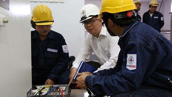 Phó Tổng giám đốc EVNHCMC Nguyễn Văn Thanh (thứ 2, từ trái qua) kiểm tra công tác bảo trì trạm biến áp trước mùa mưa