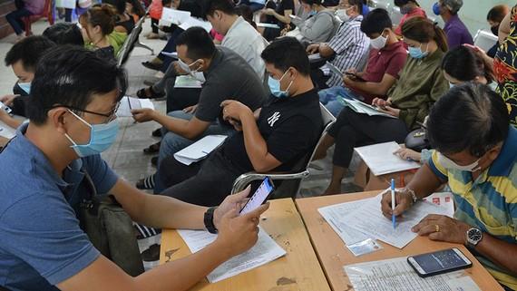 Người lao động đăng ký hưởng trợ cấp thất nghiệp  tại Trung tâm Dịch vụ việc làm TPHCM. Ảnh: VIỆT DŨNG