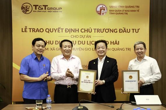 Ông Hà Sỹ Đồng (thứ hai từ trái sang) - Phó Chủ tịch UBND tỉnh Quảng Trị trao giấy chứng nhận đầu tư cho Chủ tịch HĐQT kiêm Tổng giám đốc Tập đoàn T&T Group Đỗ Quang Hiển (thứ hai từ phải sang)