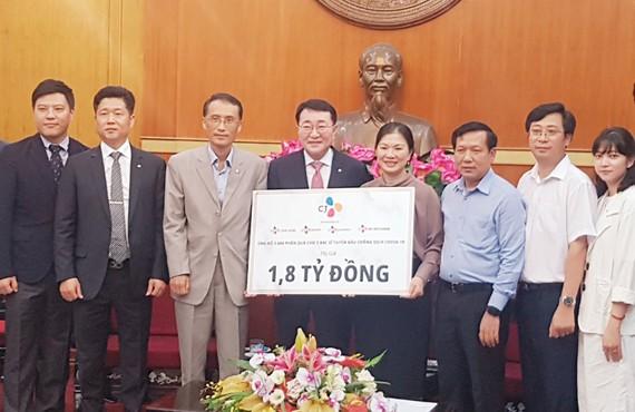 """Tập đoàn CJ trao tặng 4.200 phần quà """"Tri ân các y bác sĩ và nhân dân Việt Nam"""""""