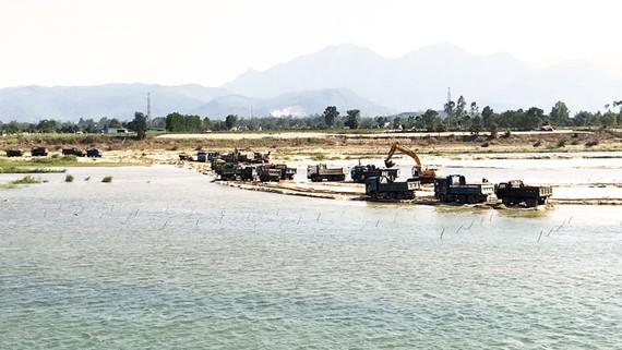 """Doanh nghiệp khai thác cát huy động phương tiện để  """"moi ruột"""" sông Trà Khúc. Ảnh: NGỌC OAI"""