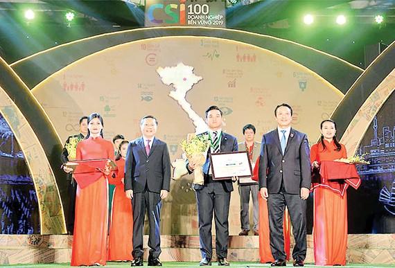 Ông Lê Viết Hiếu đại diện Tập đoàn Xây dựng Hòa Bình nhận giải thưởng CSI vào năm 2019