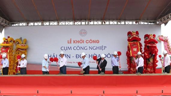 Nguyên Chủ tịch nước Trương Tấn Sang (thứ 5 từ trái qua) cùng lãnh đạo tỉnh Long An tại lễ khởi công