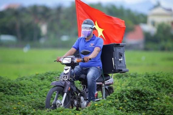 Một bạn trẻ ở Hội An, Quảng Nam tuyên truyền phòng dịch bằng loa phóng thanh (Facebook tuổi trẻ Cẩm Châu)