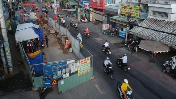 Rào chắn thi công công trình ngầm trên đường Phạm Thế Hiển (quận 8), chụp ngày 29-8. Ảnh: CAO THĂNG