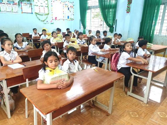 100% học sinh Trường Tiểu học Nguyễn Trãi, xã Đắk Ha, huyện Đắk G'Long, tỉnh Đắk Nông không thiếu sách giáo khoa. Ảnh: ĐÔNG NGUYÊN