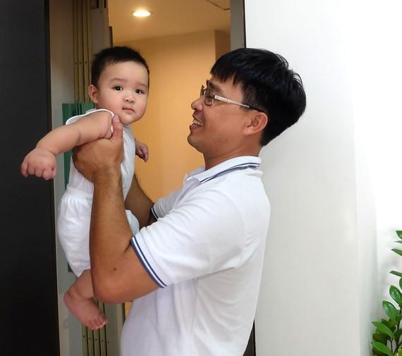 Với cha mẹ, hành trình nuôi con khôn lớn tuy vất vả nhưng đầy hạnh phúc. Ảnh: THU HƯỜNG