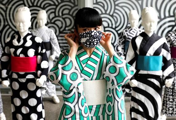 Nghệ nhân Hiroko Takahashi đeo khẩu trang tự sản xuất