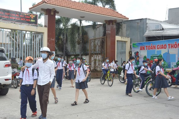 Giờ tan trường của học sinh Trường THCS Nguyễn Trãi, quận Gò Vấp. Ảnh: ĐỨC TRUNG