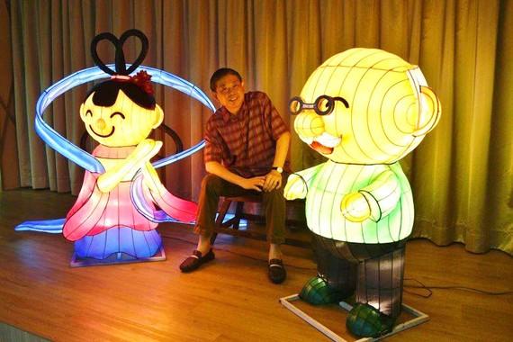 Ông Vincent Tan, Chủ tịch Ủy ban tổ chức Lễ hội Trung thu 2020 ở Singapore, bên cạnh những chiếc đèn với thông điệp gia đình