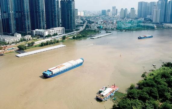 Sà lan vận chuyển hàng hóa trên sông Sài Gòn qua khu vực trung tâm TPHCM. Ảnh: CAO THĂNG