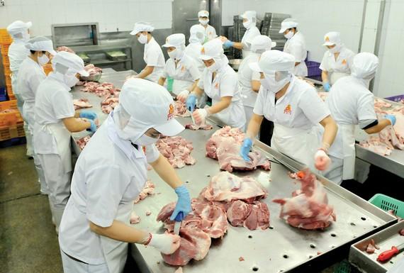 Chế biến thịt heo tại Công ty Vissan. Ảnh: CAO THĂNG