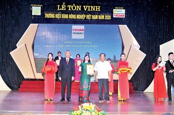 """Đại diện Vedan nhận chứng nhận """"Thương hiệu vàng nông nghiệp Việt Nam"""" sản phẩm phân hữu cơ khoáng Vedagro dạng viên"""
