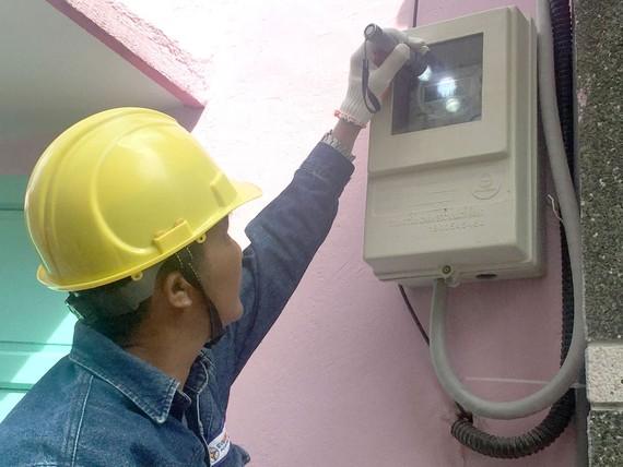 Nhân viên EVNHCMC kiểm tra chỉ số điện của công tơ có chức năng thu thập dữ liệu đo đếm từ xa