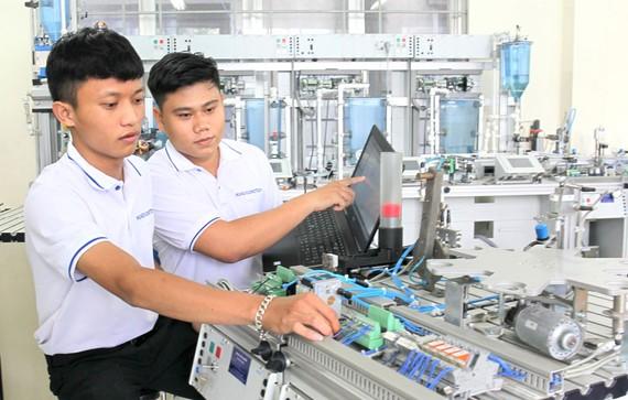 Học viên ngành Cơ điện tử, Trường Trung cấp nghề Kỹ thuật - Công nghệ Hùng Vương (TPHCM) trong giờ học. Ảnh: HOÀNG HÙNG