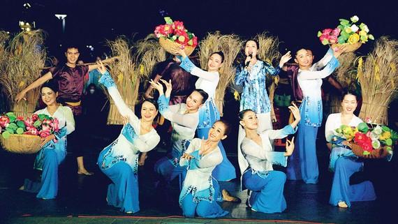 Trình diễn nghệ thuật tại phố đi bộ Nguyễn Huệ, quận 1. Ảnh: THÚY BÌNH