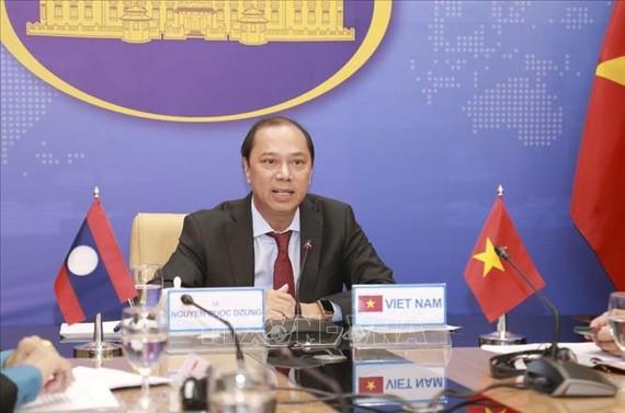 Thứ trưởng Bộ Ngoại giao Việt Nam Nguyễn Quốc Dũng phát biểu tại điểm cầu Hà Nội. Ảnh: TTXVN