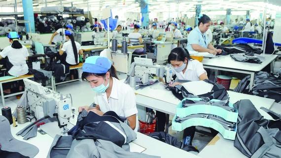 May xuất khẩu ở một doanh nghiệp tại quận 7, TPHCM. Ảnh: CAO THĂNG