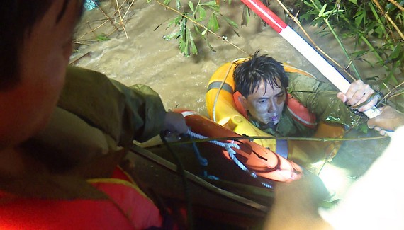 Bộ đội cắt lũ tiếp cận cứu người dân ở hạ du sông Hà Thanh, Bình Định, trong đêm 10-11. Ảnh: XUÂN HUYÊN