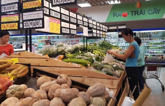 Hàng hóa giảm giá mạnh tại các kênh phân phối dịp cuối năm