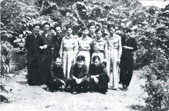 Đồng chí Lê Đức Anh (hàng đứng thứ hai từ phải qua) cùng với bộ đội khu Sài Gòn - Chợ Lớn thời điểm 1948 - 1950. Ảnh: Tư liệu