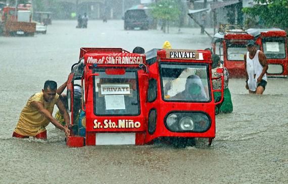 Ngập lụt sau mưa bão tại thị trấn San Francisco, Mindanao, Philippines. Ảnh: AFP/TTXVN
