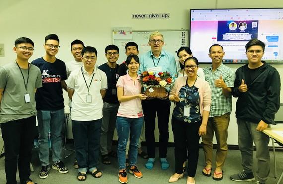 Ông Ray Kuschert hạnh phúc khi được các học viên tặng quà chúc mừng ngày 20-11. Ảnh: K.G