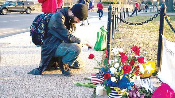 Tưởng niệm 4 người thiệt mạng, trong đó có 1 cảnh sát, trong vụ bạo loạn tại Đồi Capitol