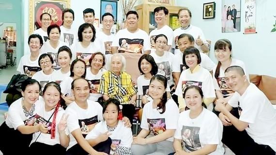 Học trò và người yêu quý nhạc sư Nguyễn Vĩnh Bảo về thăm ông tại Đồng Tháp vào năm 2018. Ảnh: TƯ LIỆU