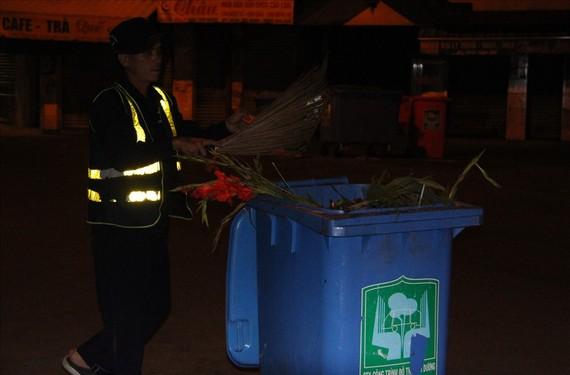 Công nhân thu gom rác ở thành phố Thủ Dầu Một, Bình Dương. Ảnh: ĐÌNH TRỌNG