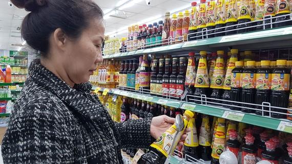 Khách hàng chọn mua thực phẩm tại một cửa hàng Co.op Food