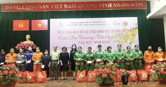 Bà Huỳnh Lan Phương - Phó Tổng Giám đốc VWS trao quà tết cho công nhân vệ sinh môi trường