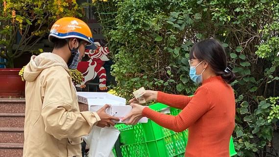 Giao hàng mua qua mạng Internet tại quận 3, TPHCM. Ảnh: CAO THĂNG